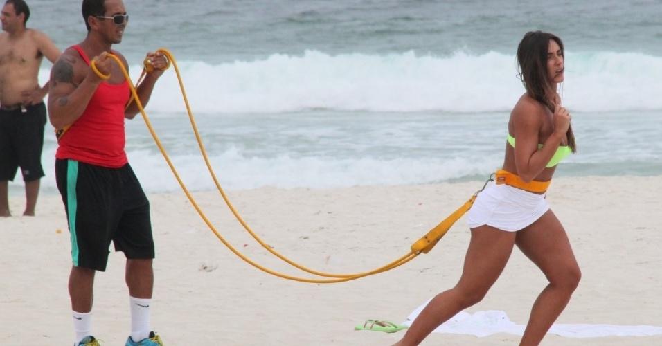 10.abr.2013 - Nicole Bahls se exercitou na praia da Barra da Tijuca