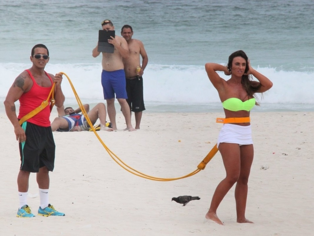 10.abr.2013 - Nicole Bahls se exercitou na praia da Barra da Tijuca, zona oeste do Rio