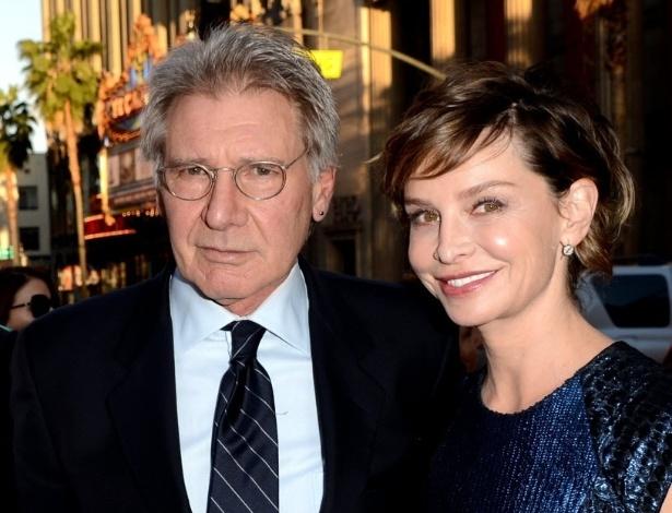 """10.abr.2013 - O ator Harrison Ford com a esposa Calista Flockhart na pré-estreia do filme """"42"""", em Los Angeles"""