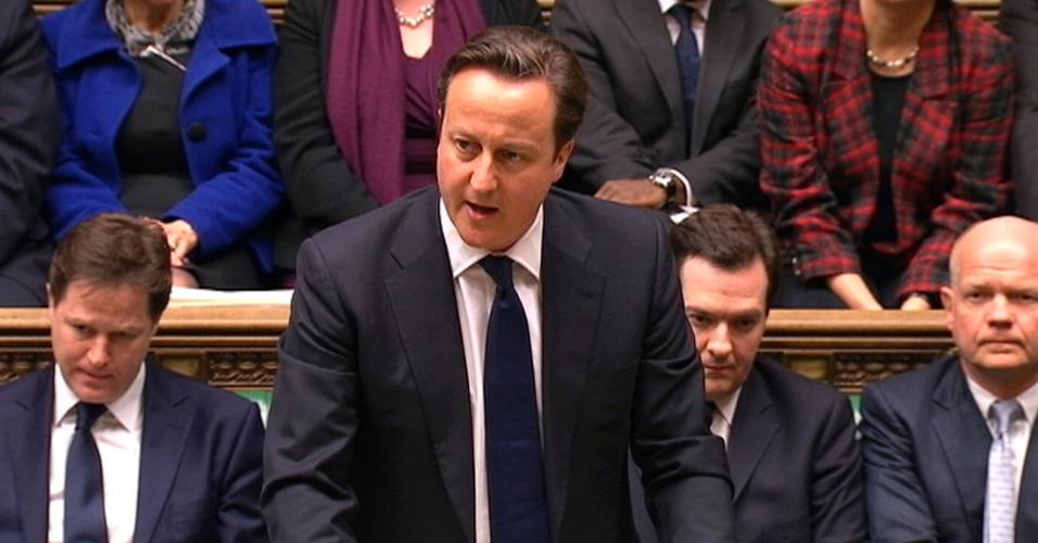 10.abr.2013 - O primeiro-ministro britânico David Cameron (segundo à esquerda), acompanhado pelo vice-primeiro-ministro Nick Clegg (primeiro à esquerda), pelo chanceler do Tesouro, George Osborne (à direita de Cameron), e pelo secretário de Relações Exteriores, William Hague, fala durante uma sessão especial do Parlamento em Londres, no Reino Unido, nesta quarta-feira (10), onde prestou homenagem à Margaret Thatcher. Legisladores britânicos interromperam as férias para a sessão especial no Parlamento