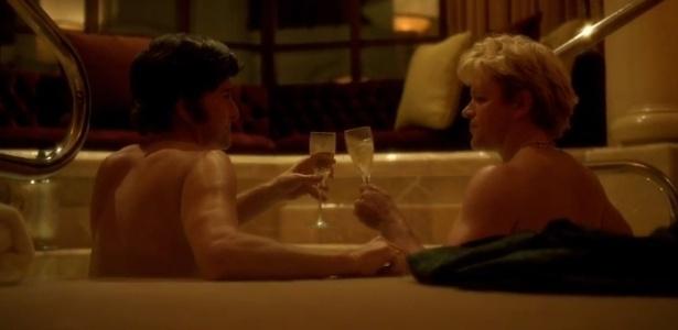 10.abr.2013 - Os atores Matt Damon e Michael Douglas aparecem juntos em banheira no filme