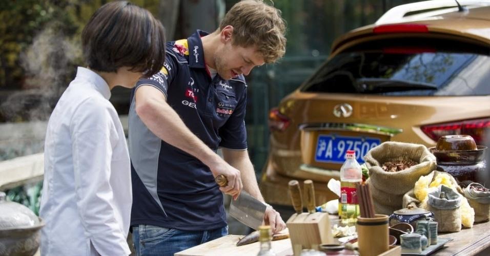 10.abr.2013 - Sebastian Vettel tem aula de culinária chinesa com a renomada chef Tzu-i Chuang Mullinax no restaurante Yongfoo, em Xangai