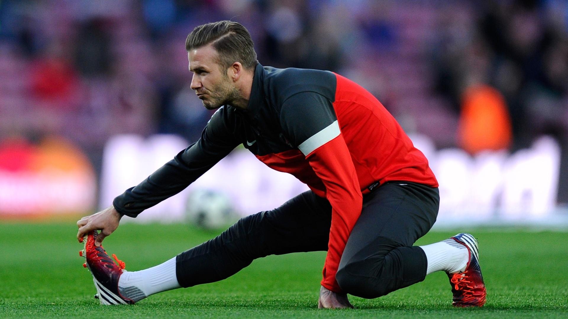 10.abr.2013- David Beckham faz alongamento antes da partida contra o Barcelona pelas quartas de final da Liga dos Campeões