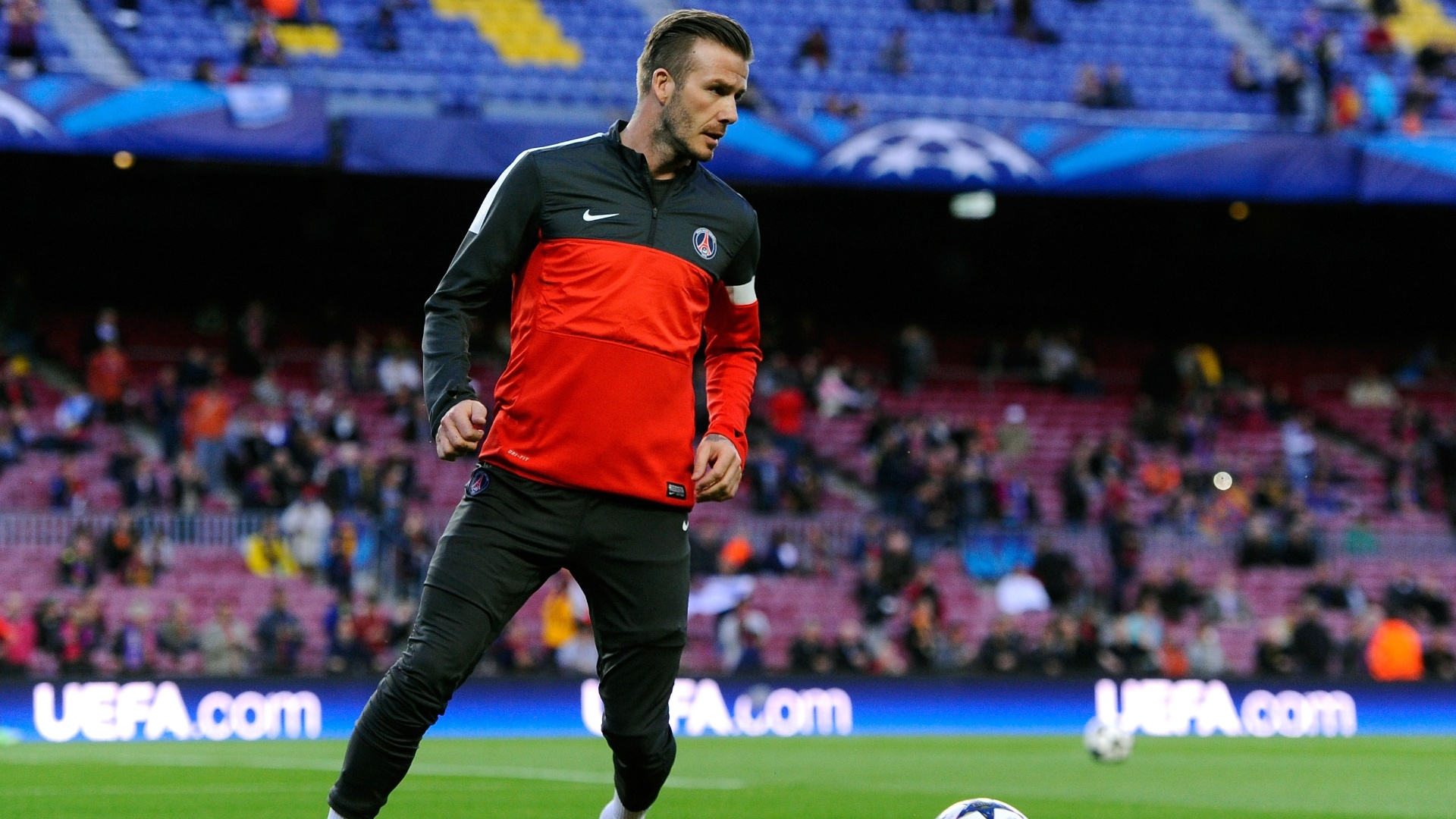 10.abr.2013- David Beckham faz aquecimento antes da partida contra o Barcelona pelas quartas de final da Liga dos Campeões
