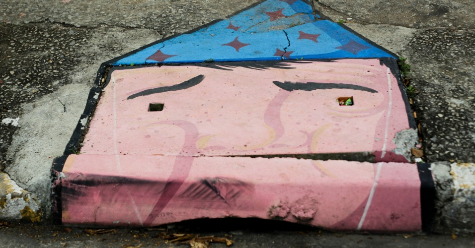 9.abr.2013 - Bueiro é ilustrado com grafite, no bairro da Barra Funda, zona oeste de São Paulo. Bueiros, paredes e peças do mobiliário urbano no bairro foram pintados com a arte de rua