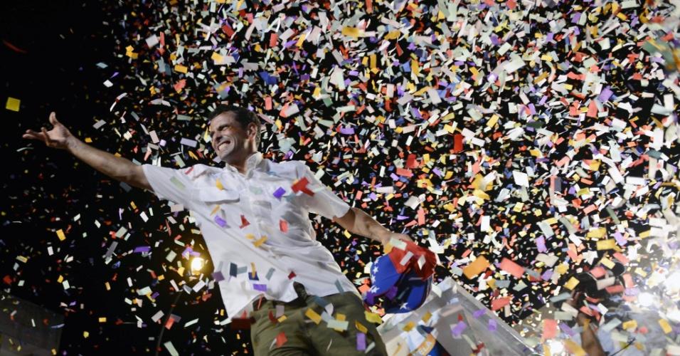 9.abr.2013 - O candidato à presidência da Venezuela Henrique Capriles acena durante ato de campanha em Valencia, a 170 km de Caracas. A reta final da campanha presidencial coincide com uma data delicada para a oposição: há 11 anos foi levado a cabo uma mal sucedida tentativa de golpe contra Hugo Chávez