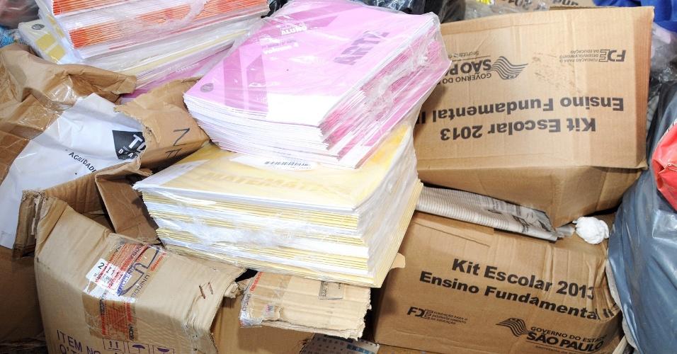Apostilas escolares novas são encontradas em depósito de lixo no interior de SP