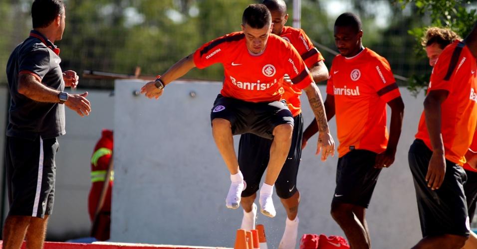 D'Alessandro salta durante treino físico do Inter na caixa de areia (10/04/2013)