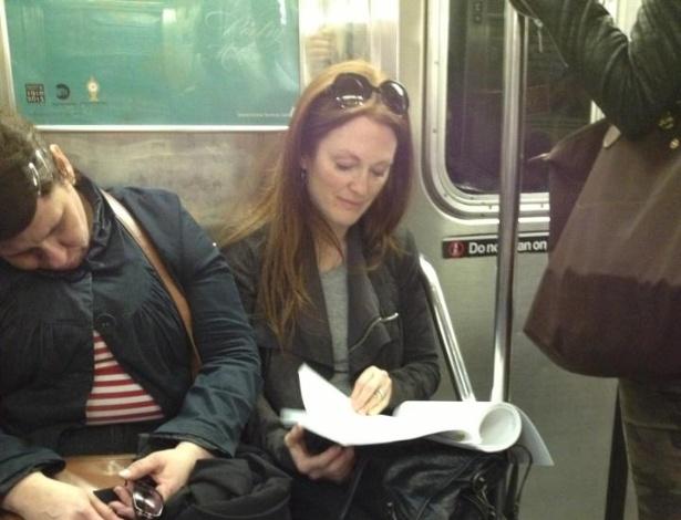 10.abr.2013 - Julianne Moore é flagrada por fã enquanto lê no metrô de Nova York