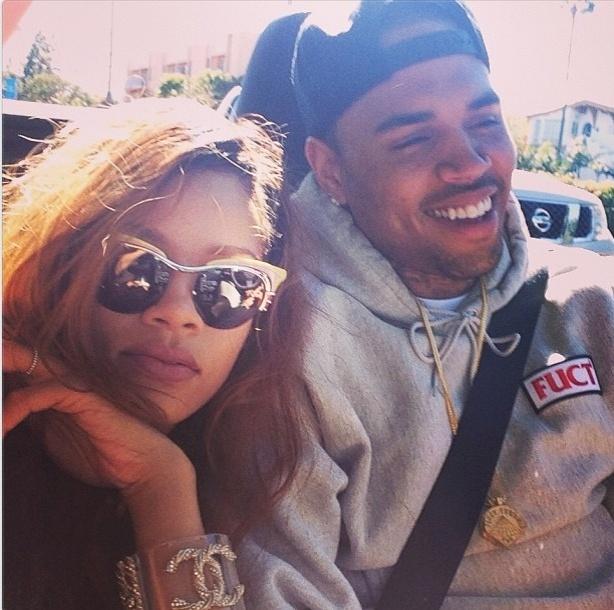 10.abril.2013 - Um dia após dizer que não acredita no amor, Rihanna publica foto ao lado de Chris Brown no Twitter