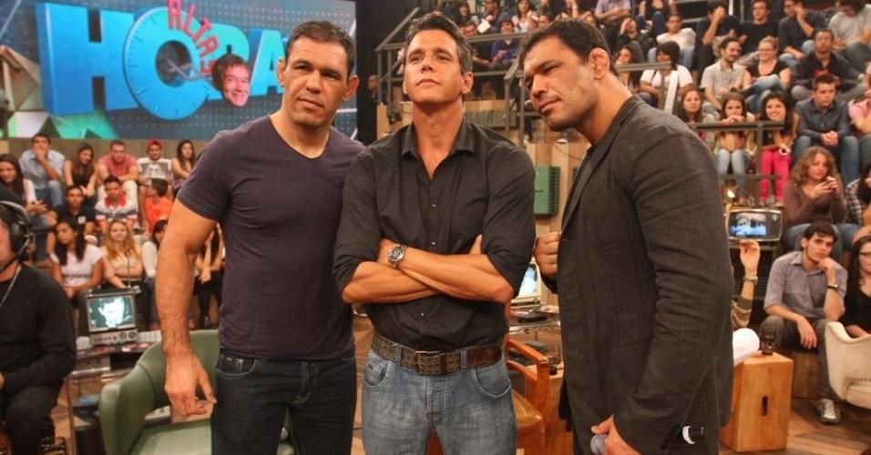 """111.abr.2013 - Márcio Garcia posa para foto ao lado dos irmãos Minotauro e Minotouro durante o """"Altas Horas"""""""
