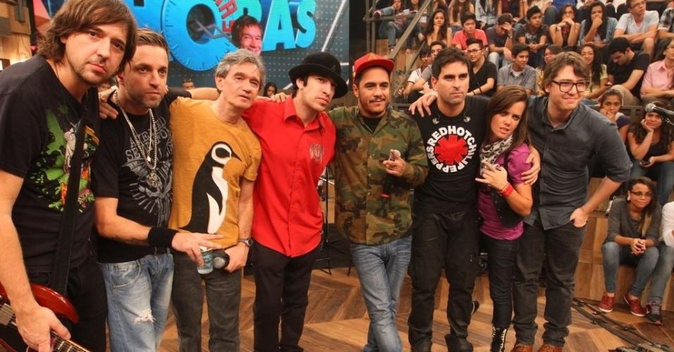 """11.abr.2013 - A banda A Banca posa para foto durante o """"Altas Horas"""""""