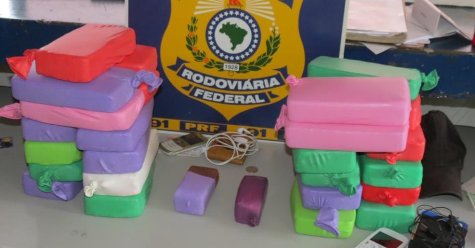 11.abr.2013 - A Polícia Rodoviária Federal (PRF) apreendeu 32,3 kg de pasta base de cocaína embalada em balões de festa. A apreensão foi feita na cidade de Cáceres (MT). A droga seria levada para Minas Gerais, segundo a PRF