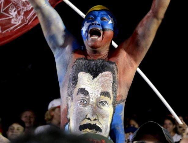11.abr.2013 - Apoiador do presidente interino e candidato à Presidência da Venezuela, Nicolás Maduro, participa de evento de campanha na cidade de Barquisimeto, na noite desta quarta-feira (10). Os venezuelanos vão às urnas no próximo sábado (14) para escolher o novo líder do país