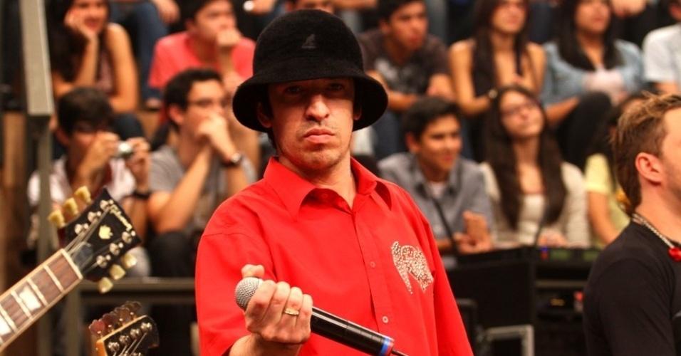 11.abr.2013 - Champignon, ex-baixista do Charlie Brown Jr., assume os vocais em A Banca