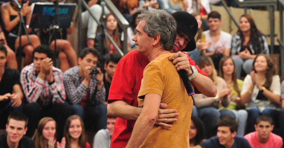 "11.abr.2013 - Champignon recebe o apoio de Serginho Groissman no ""Altas Horas"""