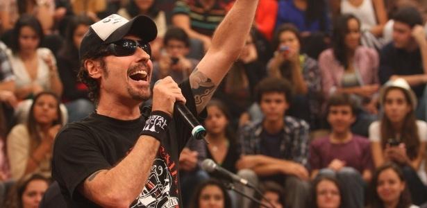 Dinho Ouro Preto admitiu o erro e pediu desculpas através da conta da banda no Facebook