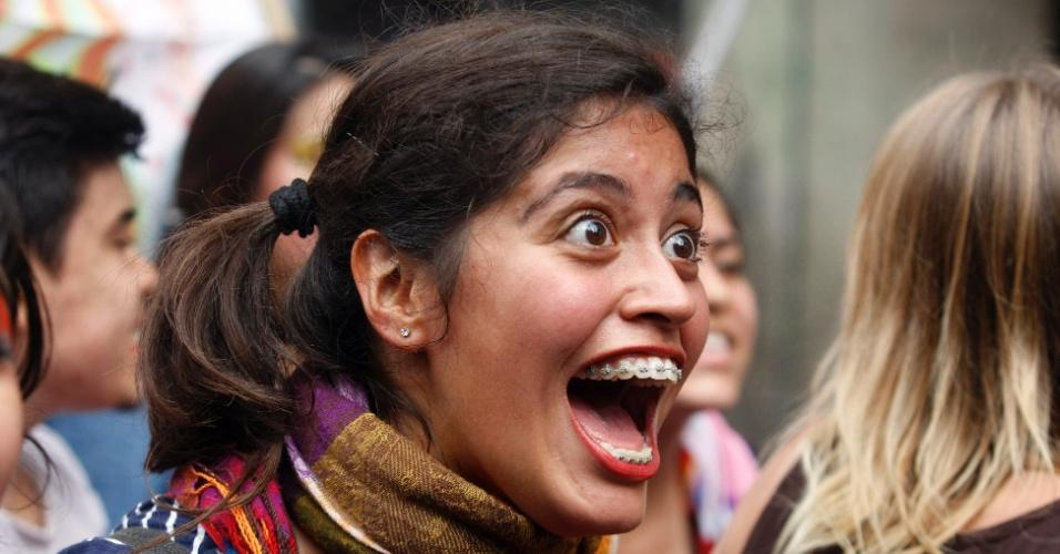 11.abr.2013 - Estudante chilena participa de manifestação pelas ruas de Santiago para exigir uma educação pública gratuita e de melhor qualidade