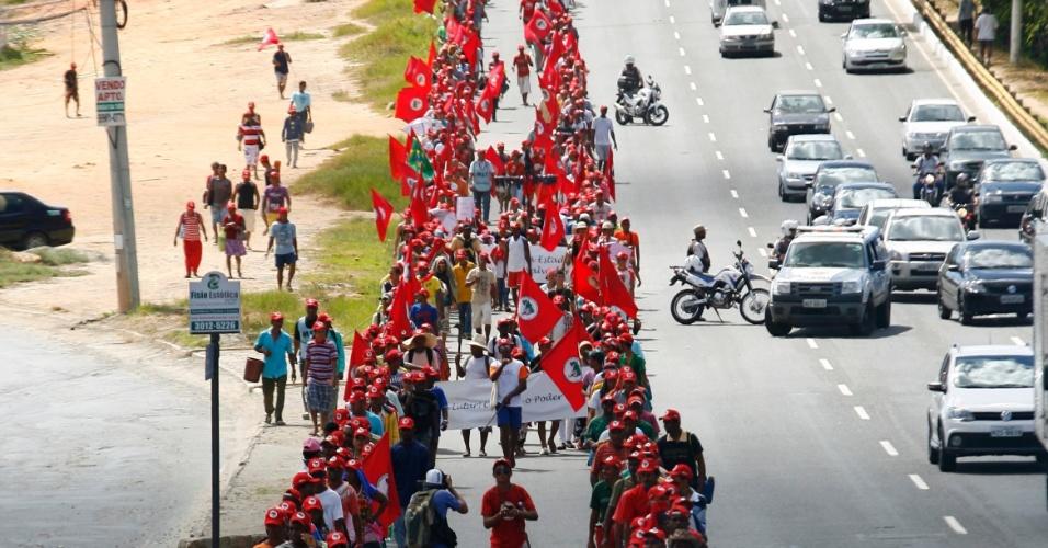 11.abr.2013 - Integrantes do MST (Movimento dos Trabalhadores Sem Terra) realizam nesta quinta-feira (11) uma marcha em Salvador, em direção ao Centro Administrativo da Bahia, com o objetivo de conseguir uma reunião com o governador Jacques Wagner (PT). A marcha teve início na terça-feira (9), em Camaçari, município da região metropolitana de Salvador, a cerca de 50 quilômetros da capital