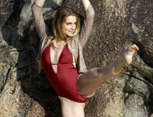 """11.abr.2013 - Letícia Spiller fez ensaio fotográfico na praia de Grumari, zona oeste do Rio. A atriz, que interpreta Antonia em """"Salve Jorge"""", exibiu a boa forma física"""