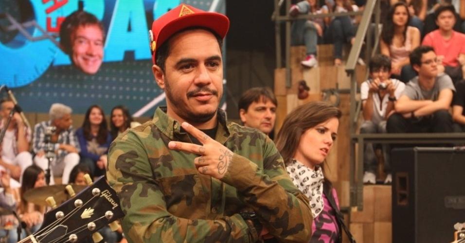 11.abr.2013 - Marcelo D2 também compareceu ao programa para cantar ao lado de Champignon e companhia