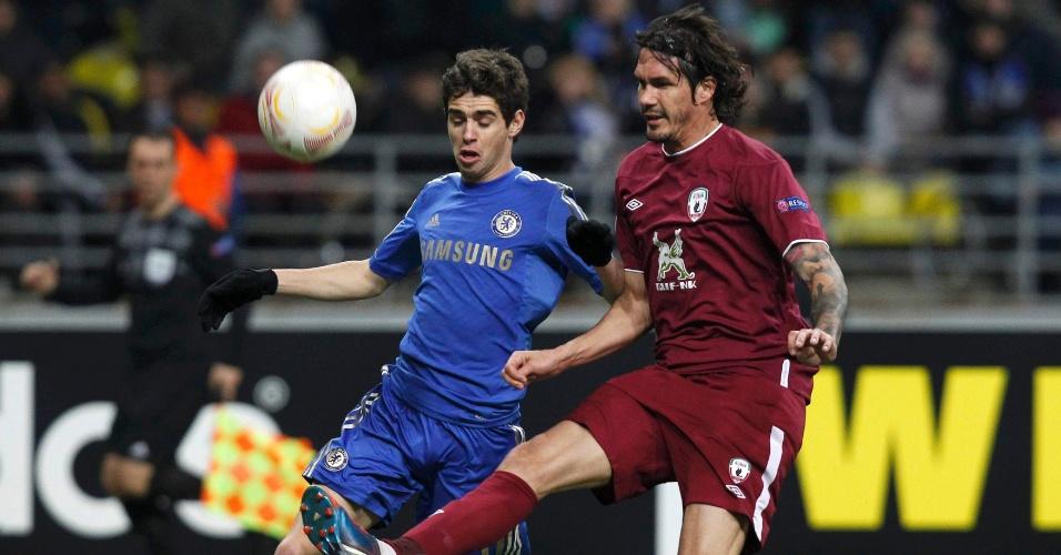 11.abr.2013 - Meia brasileiro Oscar (esq), do Chelsea, disputa jogada com César Navas, do Rubin Kazan, durante confronto pela Liga Europa