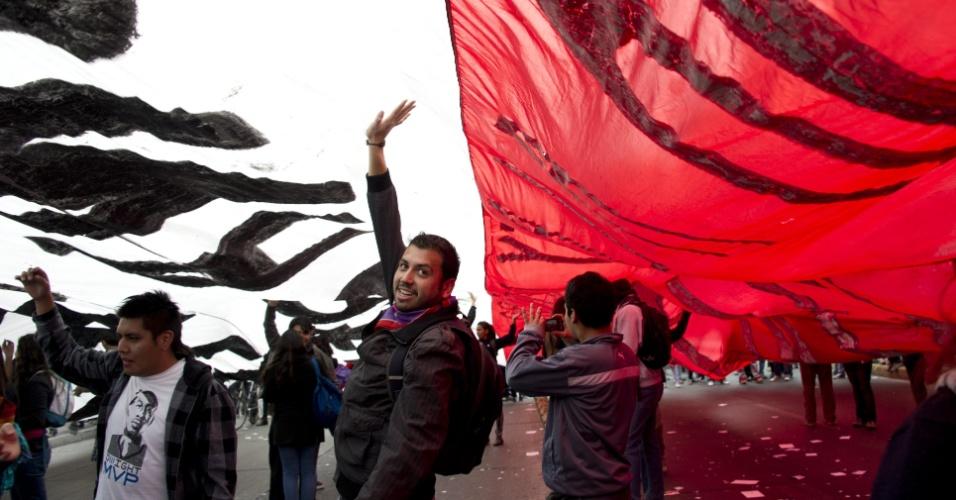 11.abr.2013 - Milhares de estudantes chilenos voltaram a se manifestar nesta quinta-feira pelas ruas de Santiago para exigir uma educação pública gratuita e de melhor qualidade. Segundo informações de agências internacionais, a manifestação é a primeira convocada pela Confech (Confederação de Estudantes do Chile) neste ano e acontece em, pelo menos, outras dez cidades. O protesto tem apoio da CUT (Central Única dos Trabalhadores) e dos professores