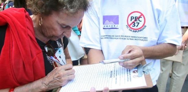 11.abr.2013 - Mulher adere à campanha para recolher assinaturas contra a PEC  37