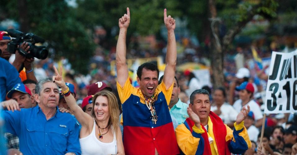 11.abr.2013 - O candidato da oposição à presidência da Venezuela, Henrique Capriles, acena ao público durante ato de campanha na cidade de Barquisimeto, no Estado de Lara, nesta quinta-feira (11), último dia da campanha para a eleição presidencial do domingo (14). Capriles concorre contra o chavista e presidente interino, Nicolás Maduro