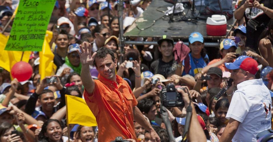 11.abr.2013 - O candidato da oposição à presidência da Venezuela, Henrique Capriles, cumprimenta seus eleitores durante evento de encerramento de sua campanha, em San Fernando, no Estado venezuelano de Apure. No próximo domingo (14) será eleito o primeiro presidente eleito da era pós-Hugo Chávez