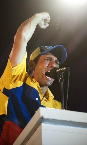 11.abr.2013 - O candidato da oposição à presidência da Venezuela, Henrique Capriles, discursa em comício na cidade de Barquisimeto, no Estado de Lara, nesta quinta-feira (11), último dia da campanha para a eleição presidencial do domingo (14). Capriles concorre contra o chavista e presidente interino, Nicolás Maduro