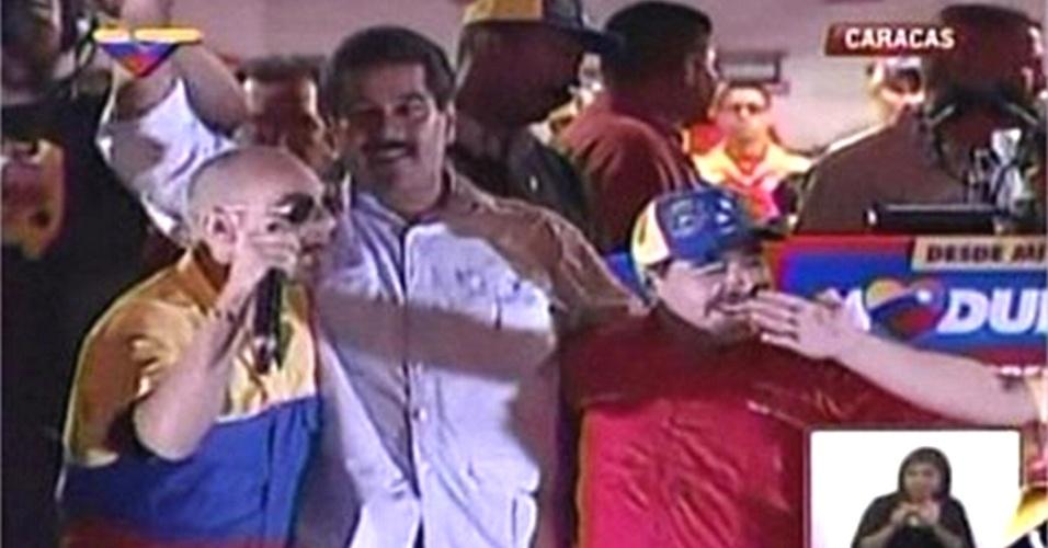 11.abr.2013 - O ex-jogador de futebol argentino Diego Maradona (de vermelho) abraça o presidente interino da Venezuela, Nicolás Maduro (de branco), durante comício em Caracas (Venezuela), nesta quinta-feira (11), último dia de campanha para as eleições presidenciais deste domingo (14). O chavista Maduro enfrente nas urnas o líder da oposição venezuelana Henrique Capriles