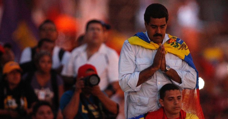 11.abr.2013 - O presidente interino da Venezuela, Nicolás Maduro, junta as mãos para rezar ao chegar para o último comício de campanha, nesta quinta-feira (11), em Caracas. O chavista Maduro concorre contra o líder da oposição Henrique Capriles nas eleições presidenciais deste domingo (14)