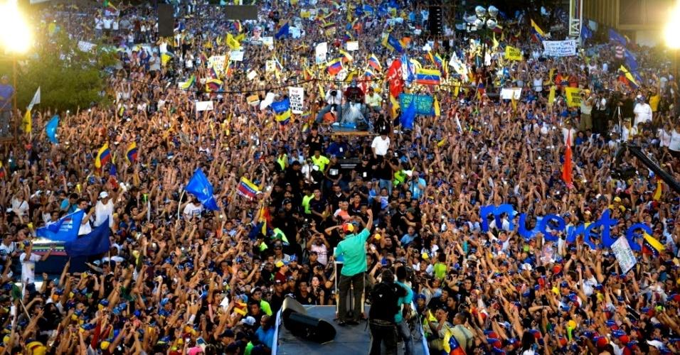 11.abr.2013 - O principal candidato oposicionista à Presidência da Venezuela, Henrique Capriles Radonski, faz discurso durante evento de campanha que atraiu uma multidão em Maracaibo. No Estado de Mérida, pelo menos nove pessoas ficaram feridas em uma série de distúrbios depois de um ato de campanha do candidato