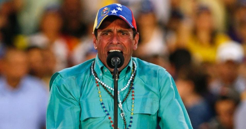11.abr.2013 - O principal candidato oposicionista à Presidência da Venezuela, Henrique Capriles Radonski, faz discurso durante evento de campanha que atraiu uma multidão no Estado de Zulia. No próximo domingo (14) será eleito o primeiro presidente eleito da era pós-Hugo Chávez