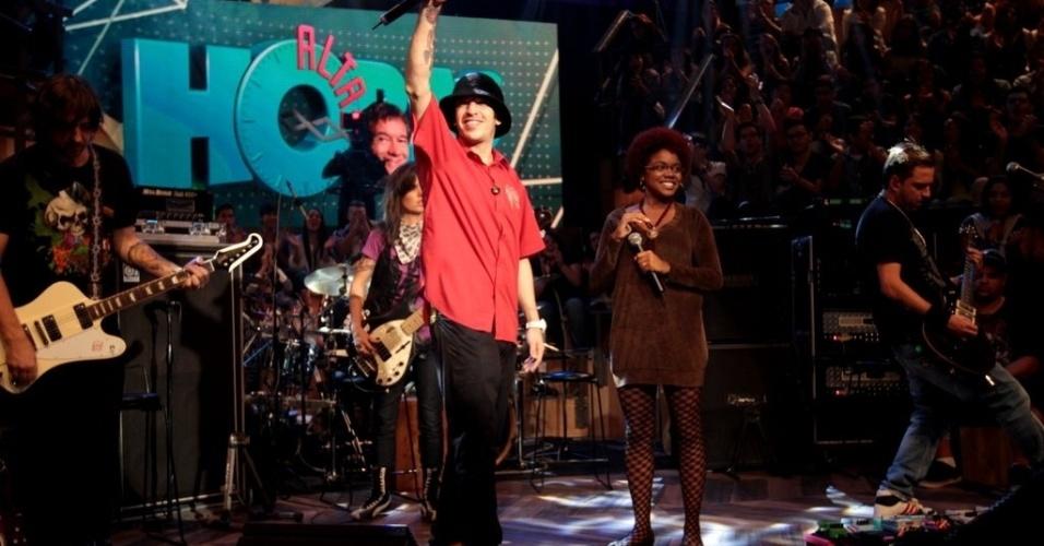 """11.abr.2013 - Os remanescentes da banda Charlie Brown Jr. lançam o projeto A Banca e recebem convidados durante o programa """"Altas Horas"""", da TV Globo"""