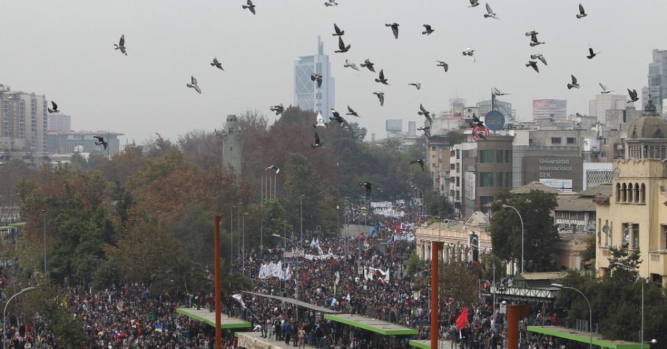 11.abr.2013 - Segundo informações de agências internacionais, a manifestação é a primeira convocada pela Confech (Confederação de Estudantes do Chile) neste ano e acontece em, pelo menos, outras dez cidades. O protesto tem apoio da CUT (Central Única dos Trabalhadores) e dos professores