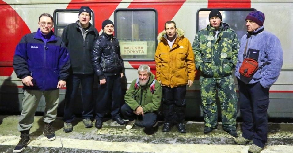 11.abr.2013 - Sete exploradores russos chegaram de caminhão ao Polo Norte no último dia 6 depois - eles partiram no início de março do arquipélago russo de Severnaya Zemla, a cerca 2.000 quilômetros de distância. Os veículos Yemelya 3 e Yemelya 4, que têm tração 6x6 e reboque, foram projetados e construídos pelos próprios membros da equipe para ficarem adaptados ao gelo do Ártico. Os sete russos, agora, planejam seguir viagem rumo a Resolute Bay, no Canadá, que fica a 1.700 km ao sul do polo Norte em linha reta