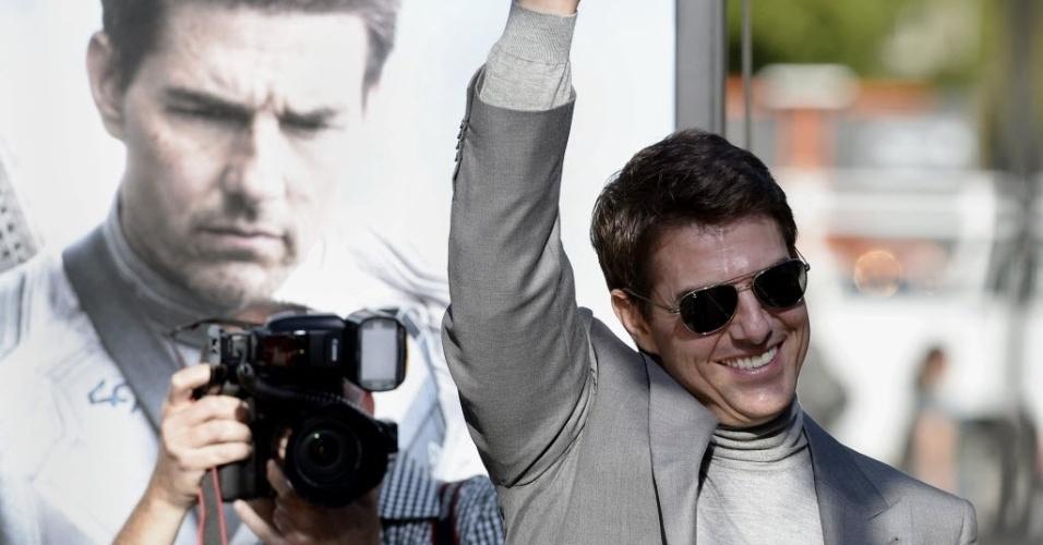 """11.abr.2013 - Tom Cruise acena para o público é e fotografado na pré-estreia do filme """"Oblivion"""" no tradicional Dolby Theatre em Hollywood (EUA)"""