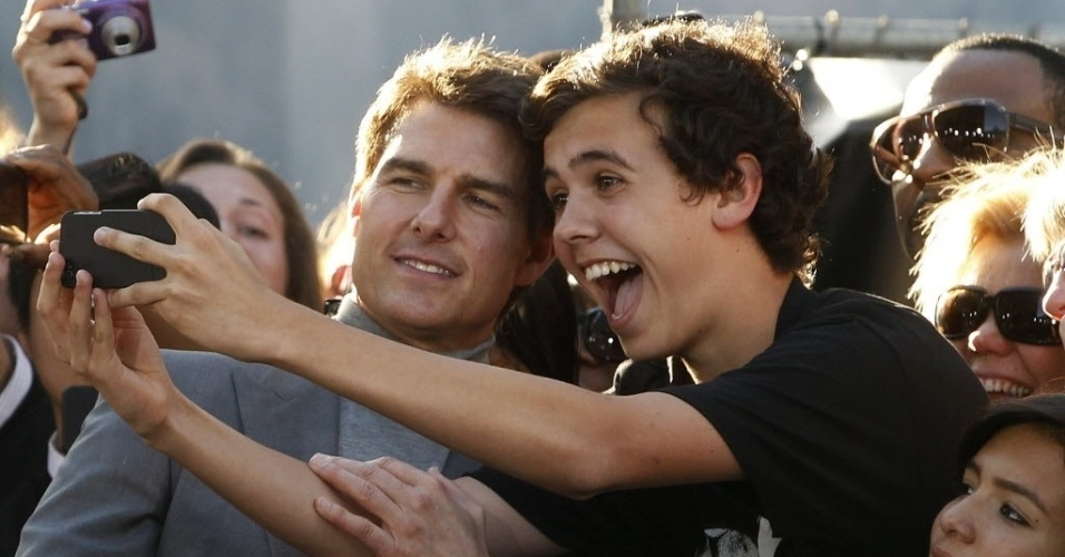 """11.abr.2013 - Tom Cruise posa com um fã histérico na pré-estreia do filme """"Oblivion"""" no tradicional Dolby Theatre em Hollywood (EUA)"""
