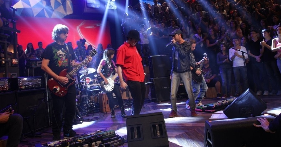 11.abr.2013 - Zeca Baleiro canta ao lado de Champignon durante performance da banda A Banca