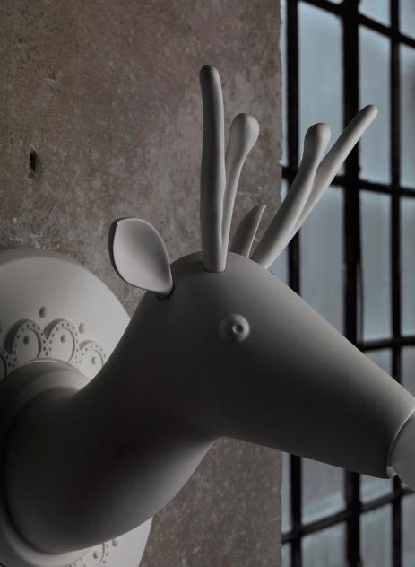 A arandela Marnìn, em cerâmica, revela a propensão do designer Matteo Ugolini ao lúdico e ao realismo fantástico. A luminária é fabricada pela Karman