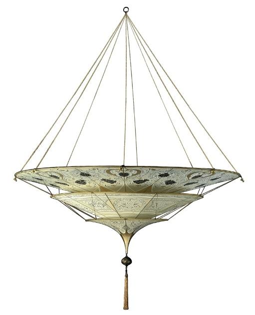"""A Fortvny, empresa italiana fundada de 1907, não se pretende """"lançadora"""" de tendências, mas chama a atenção pela beleza das peças clássicas que produz em vidro ou seda (como a da foto)"""