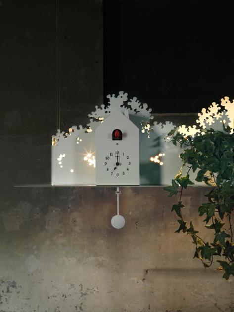 A luminária Tweet, criada por Matteo Ugolini para a Karman, é feita de metal laqueado e possui um relógio cuco