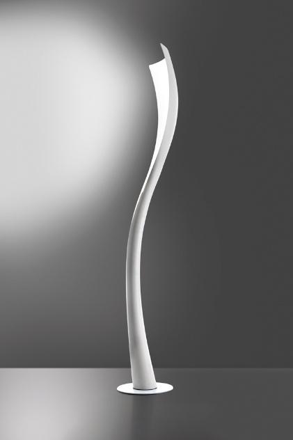 A sinuosa Solium é uma criação de Karim Rashid para a Artemide. A luminária projeta luz difusa e é pensada como coluna
