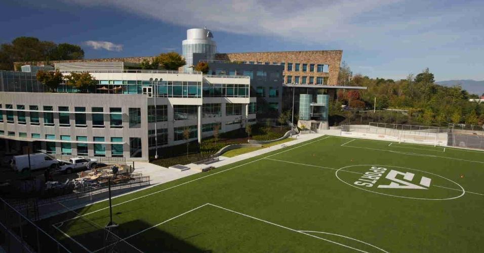 Além de um campo de futebol, a EA Canada ainda oferece aos funcionários quadras de basquete e hóquei