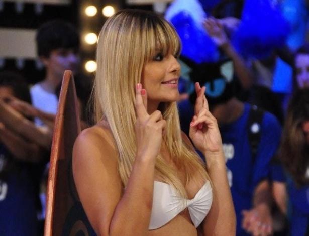 """Bárbara da Costa (e) em ação como assistente de palco do programa """"O Último Passageiro"""", da RedeTV!"""