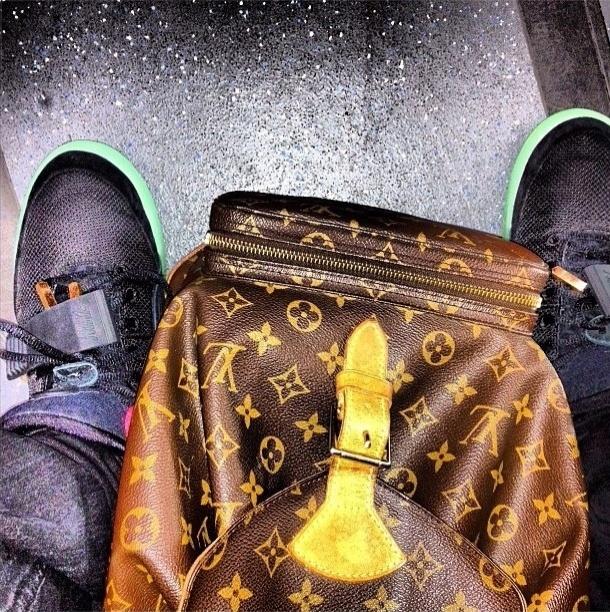 Com mais de 130 mil seguidores no Instagram, o perfil @itslavishbitch (http://instagram.com/itslavishbitch) ostenta itens de gente rica, muito rica. A conta pertenceria a um adolescente de 17 anos chamado Param, morador de San Francisco, nos Estados Unidos. Acima, uma bolsa Louis Vuitton, postada com a legenda ''Hoje você vai trabalhar e vai conseguir apenas a metade do que custa essa mochila''