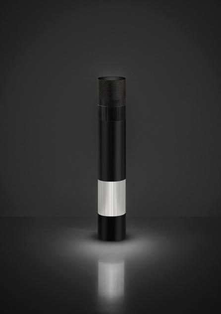 Luminária Objective criada por Jean Nouvel para a Artemide. O objeto tem 37,2 cm de altura e é dividido em duas porções: corpo e cabeça, ambos com focos de iluminação