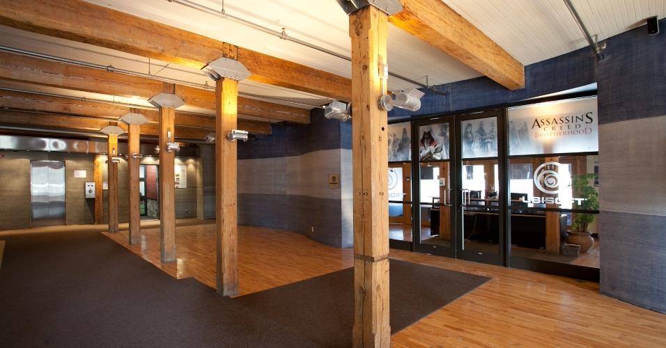 Recepção da Ubisoft Montreal, que ocupa um prédio inteiro, de estilo antigo, na cidade